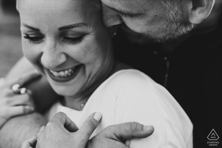 Séance de fiançailles avant le mariage à Meersburg en noir et blanc uniquement
