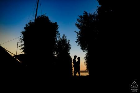 Tournage de photos avant le mariage dans le Bade-Wurtemberg - Couple silhouette avec arbres et ciel bleu.