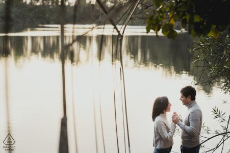 Imagen del fotógrafo de bodas de Nápoles de una pareja comprometida tomados de la mano por un lago