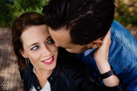 Love in Woudrichem - Warmes Verlobungsshooting mit Paarumarmung.