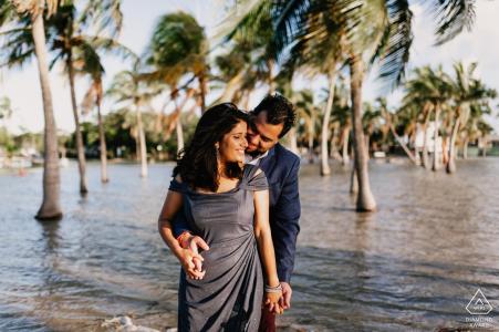 Couple au bord de l'eau de Matheson Hammock, Miami, FL - Séance photo de fiançailles à la plage avec des palmiers