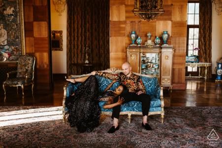 Fotografía de compromiso en Santa Mónica: pareja elegante relajándose en una casa 'antigua' en Santa Mónica