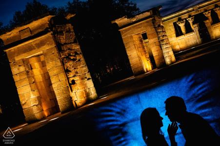 Séance photo de fiançailles à Madrid avec un couple pendant la nuit au temple