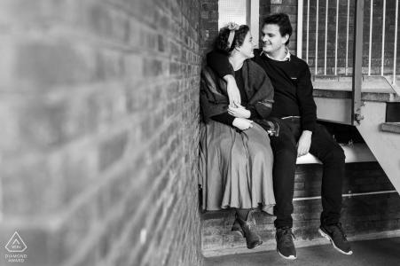 Couple assis dans un hall d'entrée pour le portrait de pré-mariage - Résidence étudiante à Leiden, Pays-Bas