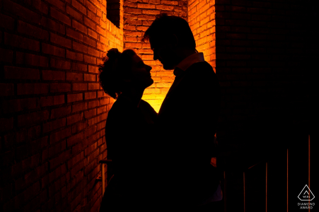 Résidence étudiante, Leiden, Pays-Bas - Tournage de fiançailles - Silhouette de couple dans leur ruelle éclairée au domicile étudiant