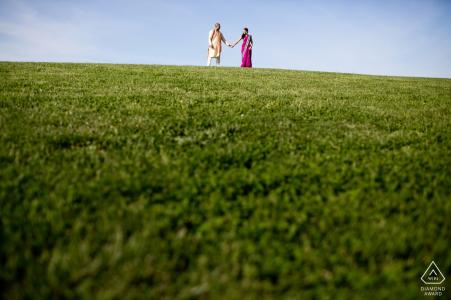 Couple, sommet, vert, colline, pendant, boston, MA, engagement, photographie, séance