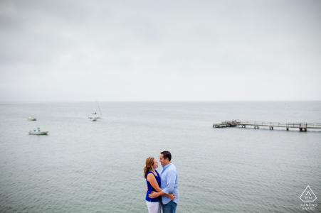 South Dartmouth, MA Sesión de compromiso con una pareja a lo largo de la orilla del mar