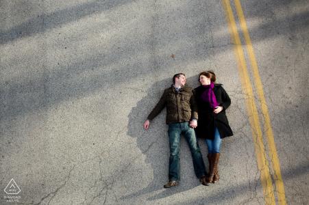 Photographe de fiançailles pour Providence, RI - Couple allongé sur la route