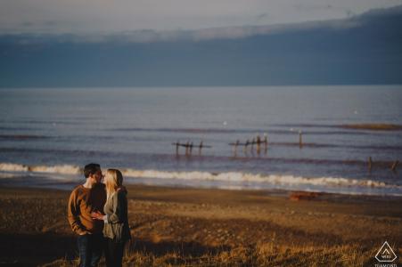 Beach Engagement Photography - Un couple embrasse enfin la lumière sur les falaises à Happisburgh à Norfolk, Royaume-Uni