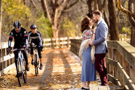 Newton, MA sesión de compromiso, retratos de otoño para una pareja enamorada - bicicletas de paso