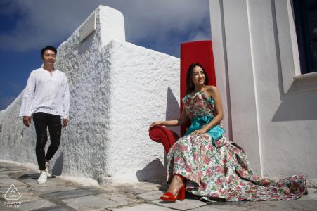 Pareja de disparos de compromiso   Fotógrafo de retratos de Santorini