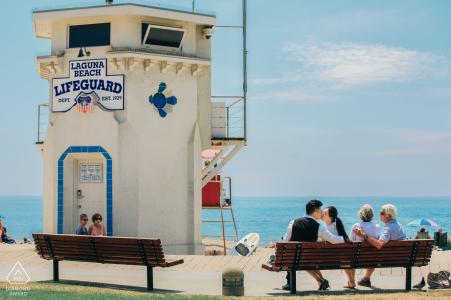 Séance photo d'engagement de Laguna Beach, Californie | Un jeune couple et un couple de personnes âgées au bord de la mer.