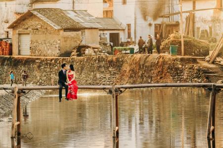 Wuyuan, Jiangxi, Chine Photographie de Portrait | Couple sur le pont à la campagne.