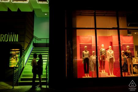 Austin, TX - Photo de fiançailles du centre-ville d'un couple - Portrait contient: couple, image contrastée devant un magasin