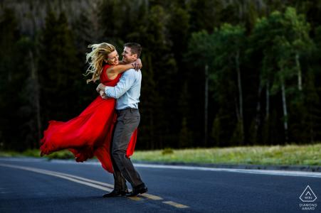 Parc national des Montagnes Rocheuses, CO - Séance de portraits de fiançailles sur rue