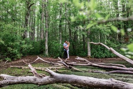 Squam Swamp Trails, Nantucket - Un couple partage une étreinte lors de sa séance de fiançailles