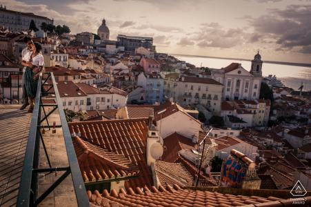 Photographie de fiançailles à Lisbonne, Portugal - Image contient: Tage, vue, toits, eau, coucher de soleil