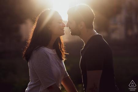 Pescia, Italië pre-huwelijksportret van een paar dat op het punt staat te kussen tijdens de zonsondergang