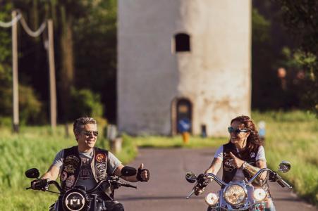Lucca, Toscana Engagement Portrait Session - Afbeelding bevat: motorfiets, harley, davidson, motorrijders, fietsen