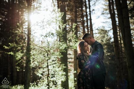 Sesión de pareja en las montañas del parque nacional de sila, calabria | La imagen contiene: abrazo, abrazo, amor, bosque, árboles, bosques, luz solar.