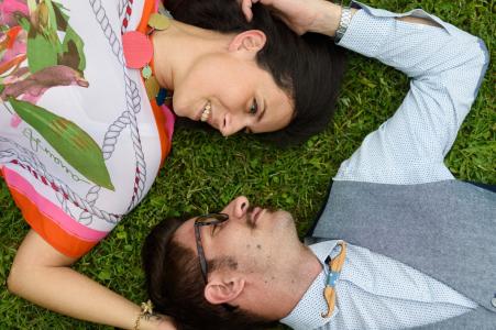 Arezzo, Parco Villa Severi engagement sesión de fotos. Un par de relax en la hierba. La imagen contiene: sobrecarga, dron, diversión, peculiar