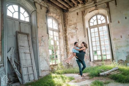 Château de Dampierre, France Couple dansant dans une maison abandonnée pour leur séance photo de fiançailles.