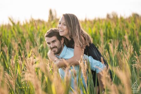 Irgendwo in Paris, Frankreich Paar, das Spaß auf einem Maisfeld hat. | Verlobungspaar-Porträt - Bild enthält: schrullig, lustig, lachend, lächelt