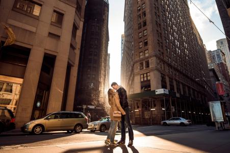 Séance de photographie de fiançailles au Massachusetts: un couple s'embrassant dans la lumière du coucher du soleil