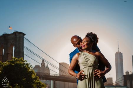 Dumbo de la ciudad de Nueva York, retrato de la pareja de Brooklyn en el puente.