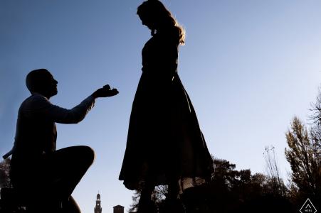 Sesión de fotografía de compromiso de Lombardía en Italia con propuesta de anillo