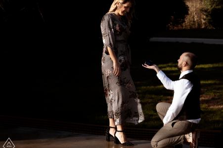 Milano, Italia foto de compromiso de una pareja en cálidos tonos y luz