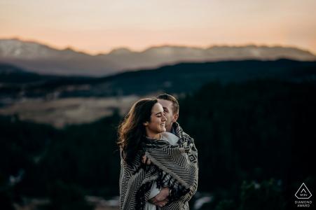 Séance de fiançailles au coucher du soleil dans les montagnes de La LLagonne, Pyrénées Orientales, France