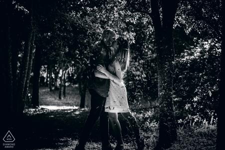 Orvieto - Italia antes de los retratos de boda durante un beso bajo las hojas que caen