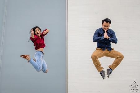 Kennedy Center - Washington DC - Pareja posando para fotos de compromiso con saltos estilizados