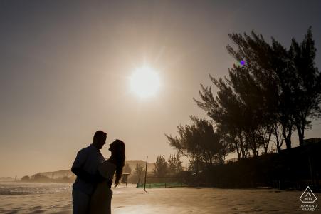 Praia da Vila / SC Sesión de fotos de compromiso: el retrato contiene: puesta de sol, árboles, playa, silueta, abrazo