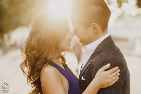 London-Paare mit Sonnenuntergang hinter ihnen während der Verlobungsfotosession