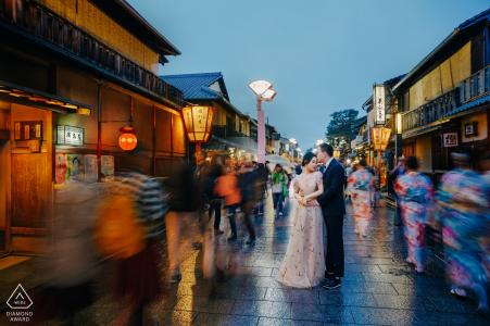 Kyoto, Japon Couple dans la rue du soir. Photographie de fiançailles au crépuscule.