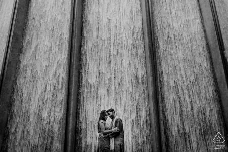 Houston, TX photographe de fiançailles: couple partageant leur moment de silence amoureux près de WaterWall à Houston
