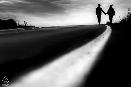 Mojacar Almeria Couple Photoshoot - Portrait d'engagement - Ombres dans la rue