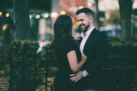 Downtown Providence, Rhode Island fotografia di fidanzamento - Coppia in piedi davanti a un cortile del ristorante al tramonto.
