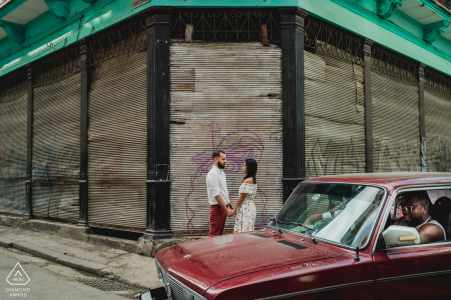 Sesión de compromiso en las calles de Cuba con autos antiguos.