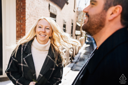 Beacon Hill, Boston Couple Love Portrait Session - Draaiend in het zonlicht
