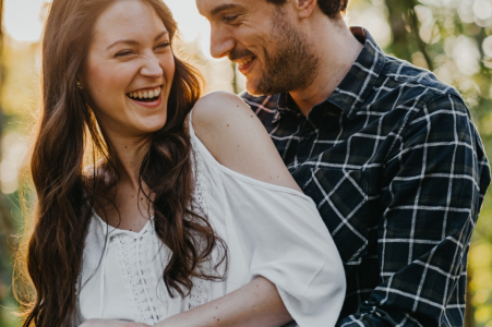 Engagement shoot of a playful couple in the outdoors in Essen, Germany