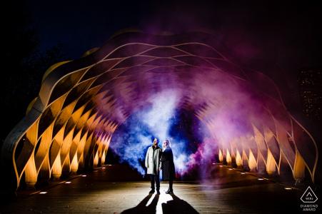 Lincoln Park, pareja de Chicago y obras de arte - Sesión de compromiso en la noche con luces