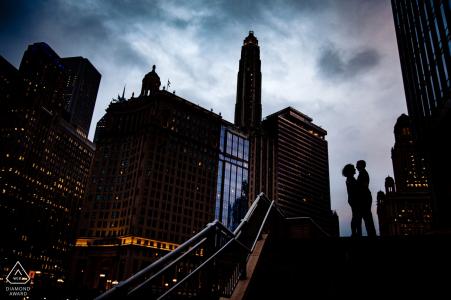 Chicago-Paarschattenbild- und -skylineporträts für Verlobungsfotos
