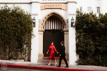 订婚照相会议期间,一对情侣的好莱坞漫步。