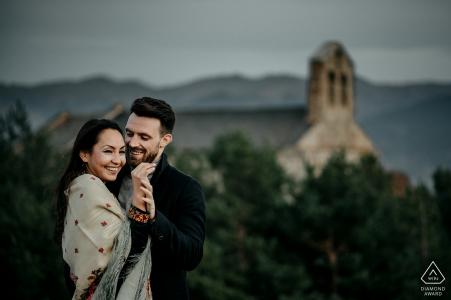 Angoustrine, Französische Pyrenäen Portrait-Session vor der Hochzeit auf dem Gipfel des Hügels
