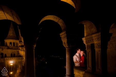 Séance photo de fiançailles à Budapest - Arches et lumière chaude