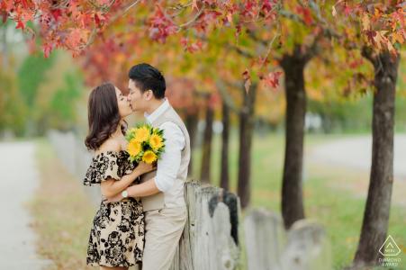 Session de fiançailles d'automne d'un couple ayant leur moment heureux près de Memorial Park Houston, TX