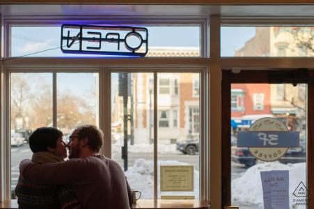 Un couple se blottit par la fenêtre d'un café à Albany, NY